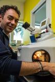 Лазер обрабатывая для зубоврачебного протеза стоковые фото