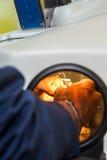 Лазер обрабатывая для зубоврачебного протеза стоковая фотография