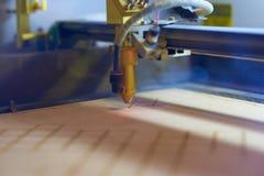 Лазер переклейки режа отростчатый конец вверх стоковое фото