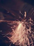 Лазер режа стальной металл с яркими искрами стоковое изображение rf
