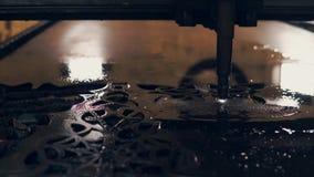 Лазер режущ и высекающ огромный сильный металлический лист в заводе, конце-вверх видеоматериал