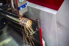 Лазер CNC отрезал вырезывание машины нержавеющая труба стоковая фотография rf