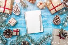Лазурная деревянная предпосылка Зеленые ветви ели, жулик Поздравительная открытка и Новый Год рождества письмо santa к Стоковое фото RF