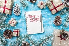 Лазурная деревянная предпосылка Зеленые ветви ели, жулик Поздравительная открытка и Новый Год рождества письмо santa к Поздравите Стоковое Изображение RF