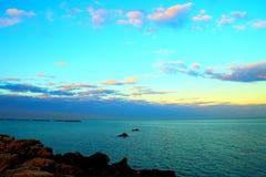 Лазурное небо над голубым морем стоковая фотография