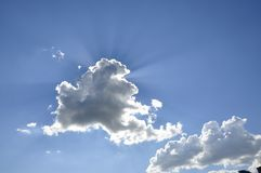 Лазурное небо, облако, лучи солнца Стоковое фото RF