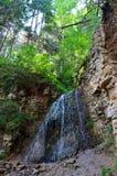 Лазурный водопад в утесах стоковая фотография rf