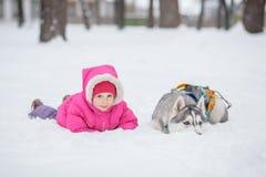 Лайка девушки в снеге в лесе Стоковые Изображения