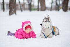 Лайка девушки в снеге в лесе Стоковое Изображение