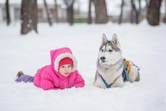 Лайка девушки в снеге в лесе Стоковая Фотография RF