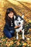 Лайка молодой женщины и собаки siberian Стоковые Изображения