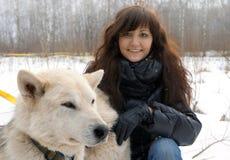 Лайка молодой женщины и собаки сибирская Стоковые Фотографии RF