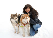 Лайка молодой женщины и собаки сибирская Стоковые Изображения RF