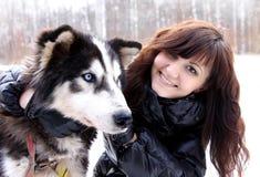 Лайка молодой женщины и собаки сибирская Стоковые Изображения
