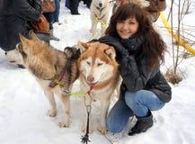 Лайка молодой женщины и собаки сибирская Стоковое Фото