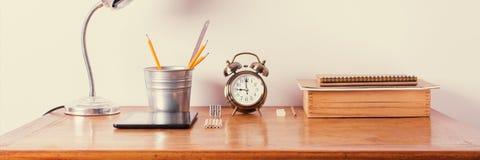 Лампа будильника стола офиса аксессуаров деревянная Стоковые Фотографии RF