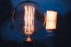 Лампа вольфрама накаляя над темной предпосылкой стоковое фото rf