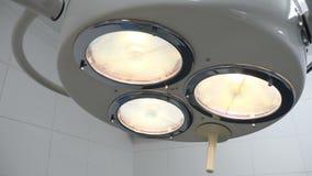 Лампа в хирургии поворачивая дальше Низкая угловая съемка лампы в комнате деятельности идя дальше Концепция медицинского оборудов сток-видео