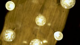 Лампа декоративного освещения и накалять на потолке Яркий накалять светлый от лампы накаливания Античный свет вольфрама сток-видео