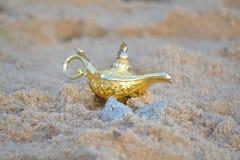 Лампа джинов в песке Стоковая Фотография RF
