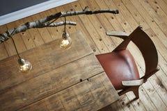 Лампа и деревянный стол березы образа жизни творческого настольного компьютера современные стоковое изображение
