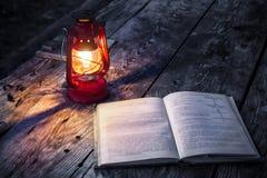 Лампа и книга стоковые изображения
