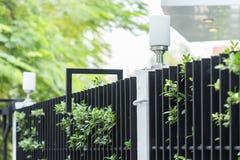 Лампа на загородке листвы дома стоковое фото