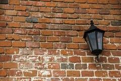 Лампа на старой стене с красными кирпичами Стоковое Изображение