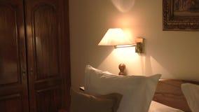 Лампа на стене около кровати акции видеоматериалы