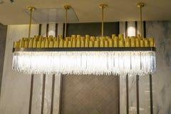 Лампа приведенная люстры освещения в современной коммерчески строя гостинице стоковое изображение
