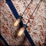 Лампа раскаления на старом потолке grunge кирпича Стоковые Изображения