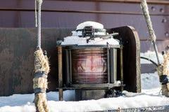 Лампа сигнала корабля Грузите освещение на плавая сосуде в th Стоковое Изображение RF