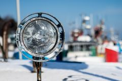 Лампа сигнала корабля Грузите освещение на плавая сосуде в th Стоковые Фото