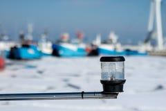 Лампа сигнала корабля Грузите освещение на плавая сосуде в th Стоковое Фото