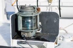 Лампа сигнала корабля Грузите освещение на плавая сосуде в th Стоковые Изображения RF