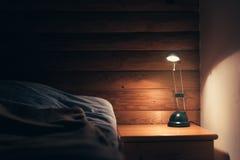 Лампа спальни на таблице ночи Стоковые Изображения