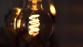 Лампа электрической лампочки вольфрама над черной предпосылкой Концепция светлого и темного, идея, электричество на современном д сток-видео