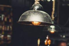 Лампа Edison с накаляя нитью под абажуром Стоковая Фотография