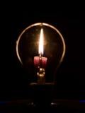 Лампочка и пламя стоковая фотография