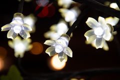 Лампочки на искусственном дереве Стоковое Фото