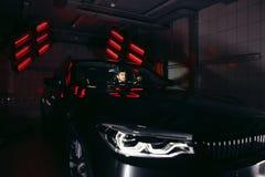Лампы для сушить керамическое покрытие за автомобилем Стоковое фото RF