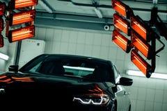 Лампы для сушить керамическое покрытие за автомобилем Стоковые Фотографии RF