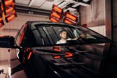 Лампы для сушить керамическое покрытие за автомобилем стоковое фото