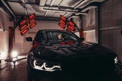 Лампы для сушить керамическое покрытие за автомобилем стоковая фотография rf