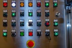 Лампы и переключатели контроля дальше распределительный ящик стоковые изображения rf