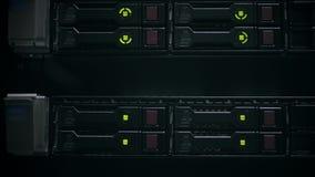 Лампы СИД проблескивают в сервере данных с множественными жесткими дисками видеоматериал