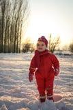 ландшафта часы зимы сезона Маленький младенец на снеге Стоковая Фотография RF