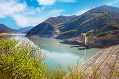 Ландшафты воды и резервуара Zhinvalskoe гор Тбилиси, Georgia Стоковые Фото