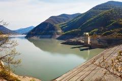 Ландшафты воды и резервуара Zhinvalskoe гор Тбилиси, Georgia Стоковые Изображения RF