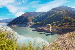 Ландшафты воды и резервуара Zhinvalskoe гор Тбилиси, Georgia Стоковые Изображения